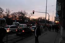 Stojící tramvaje i trolejbusy a nervózní cestující. Tak to vypadalo ve středu krátce po osmé hodině na křižovatce ulic Kotlářská a Pionýrská. Tramvajové linky 1 až a 6 a trolejbusy 25 a 26 nejezdili. Místo nich dopravní podnik vyslal náhradní autobusy.