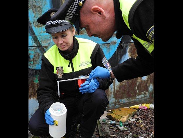 Strážníci čistí město od použitých injekčních stříkaček.