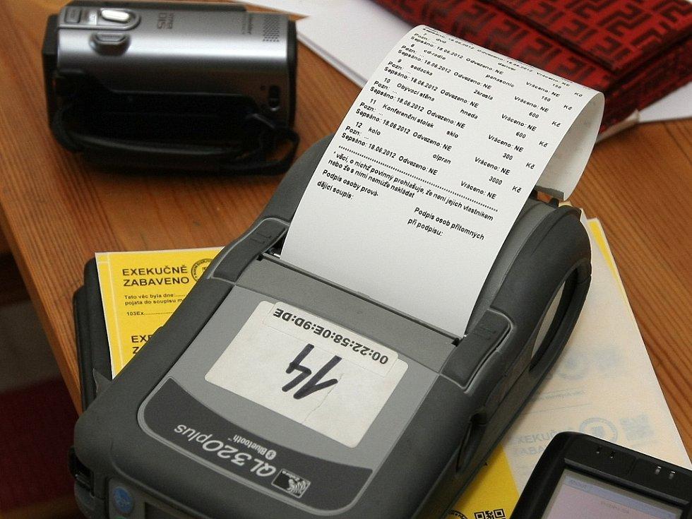 POSTEL, LÉKY A OBLEČENÍ. Tyto věci musí exekutor dlužníkovi nechat. Kromě toho může zabavit majetek až v trojnásobné hodnotě dluhu.