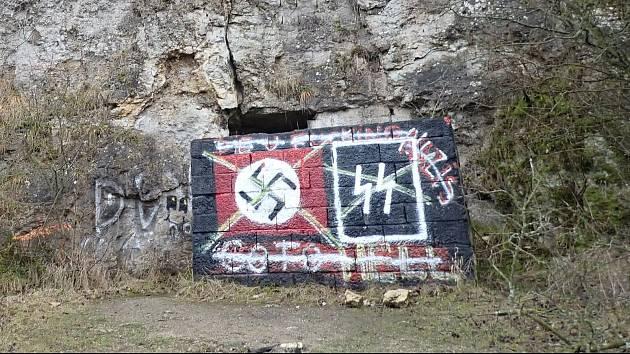 Hákové kříže a symbol Schutzstaffelu. Vandalové poničili národní památku