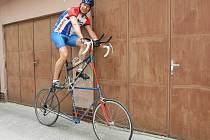 Jiří Fiala zdolal na kole trať z Brna do Pelhřimova dlouhou více než sto třicet kilometrů a to za šest hodin. Na tom by nebylo nic tak zvláštního. Rekord si ale zasloužil za to, že seděl v sedle dvoupatrového kola.