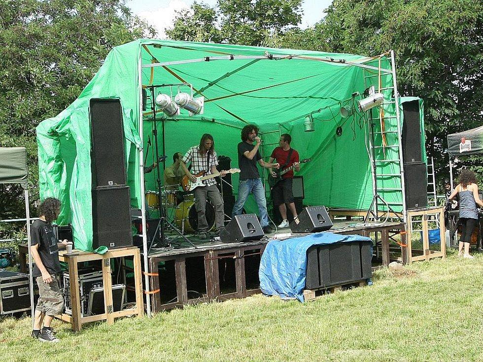 Hudební festival Kamenka Open rozezněl v sobotu odpoledne louku nad Kamennou čtvrtí v Brně.