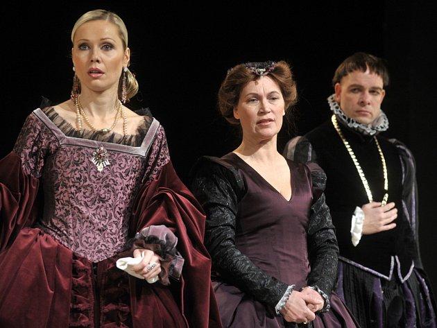 V komedii Večer tříkrálový jsou do řetězce milostných vzplanutí vtaženi téměř všichni (na snímku zleva Pavla Vitázková, Irena Konvalinová a Viktor Skála).