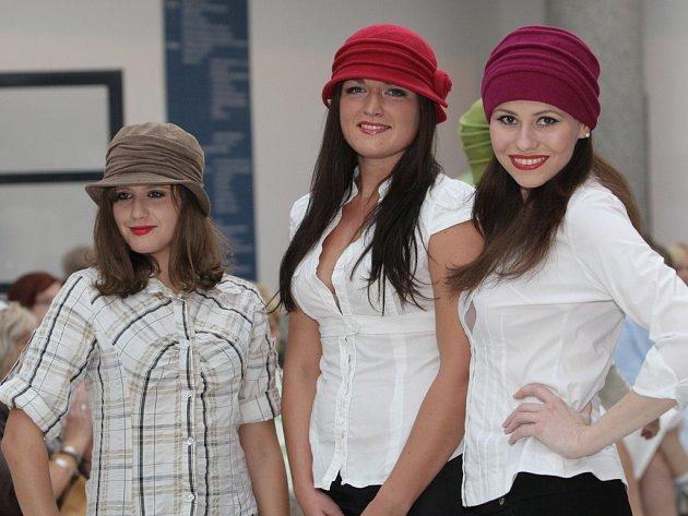 Stylové klobouky na hlavách usměvavých modelek probarvily v úterý odpoledne vestibul Švejdova pavilonu Masarykova onkologického ústavu v Brně.