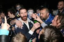 Desítky nadšených fanoušků vítaly své modrobílé hrdiny (uprostřed Jiří Vašíček) po postupu do finále extraligy u Kajot Arény v Brně.