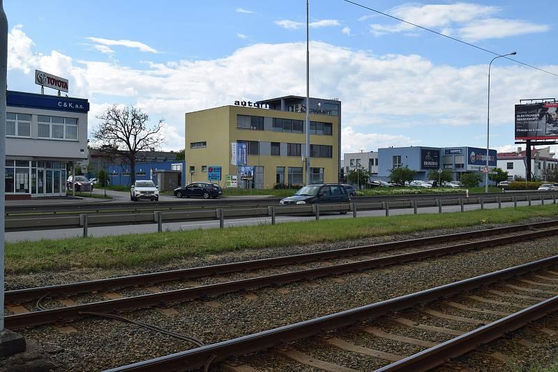 V těchto místech na okraji Brna, kde silnice I/52 kříží Moravanskou ulici, mají vyrůst nové mosty překlenující i přilehlou železniční trať.