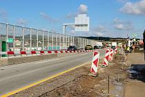 Silničáři v pátek a v sobotu pokládají cementobetonový kryt vozovky v opravovaném úseku D1 mezi Ostrovačicemi a Devíti kříži na Brněnsku.