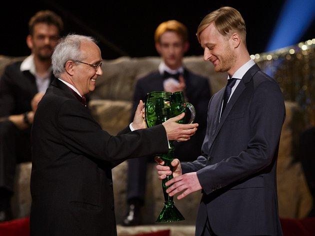 Cenu prezidia Herecké asociace pro mladého umělce do třiatřiceti let voboru činoherní tvorby získal Martin Sičinák zbrněnského HaDivadla.