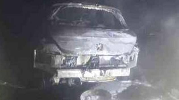 Hustý dým v Řečkovicích: v garáži hořelo auto, požár vypudil obyvatele z domů