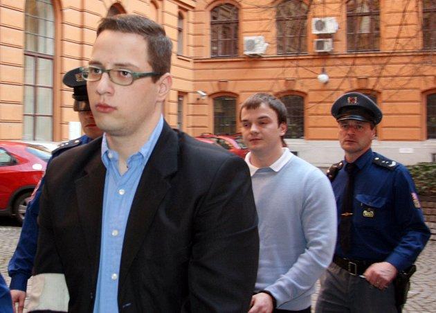 Eskorta přivádí k soudu Romana Holuba a Konstantina Erina.