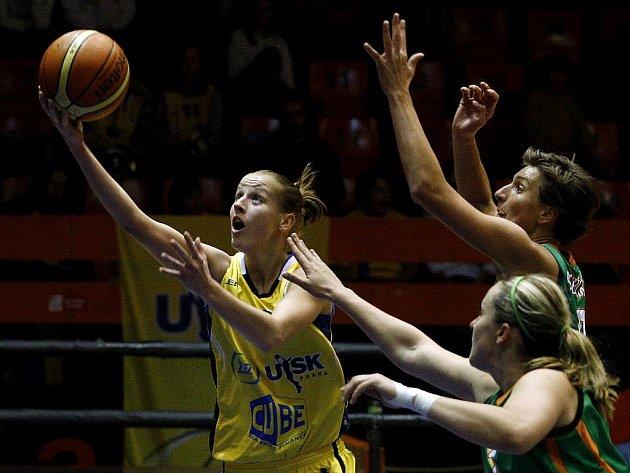 5. kolo ženské basketbalové ligy (ŽBL) ZVVZ USK Praha – Frisco Sika Brno 14. října v Praze. Kateřina Elhotová z USK (ve žlutém) a Linda Frohlich (dole) a Romana Stehlíková z Brna.