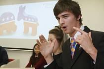 V Mahenově knihovně zastupovala Trumpa a Clintonovou na simulované prezidentské debatě šestice středoškolských studentů.