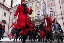 Svátek svatého Valentýna si skupina žen a mužů vybrala k protestu proti násilí na ženách. Přes dvacet jich na Moravském náměstí zatančilo společnou choreografii na píseň Break the Chain.