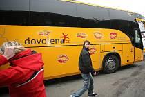 Žlutý autobus Student Agency polepený srdíčky s polibky přijel v pondělí odpoledne na brněnské autobusové nádraží před hotelem Grand.