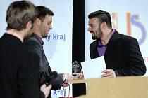 Fotbalista divizních Rosic Petr Malata (vpravo) přebral na slavnostním vyhlášení ankety Sportovec roku 2015 okresu Brno-venkov ocenění pro největšího Sympaťáka roku vyhlašovaného Brněnským deníkem Rovnost.