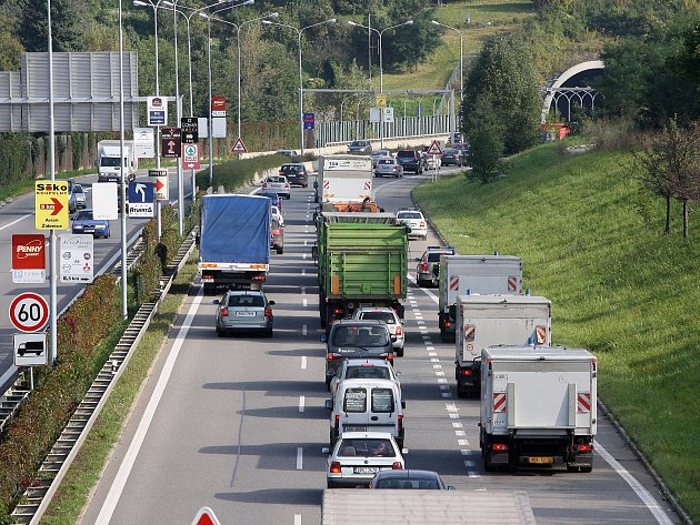 Hustá doprava před Pisáreckým tunelem.