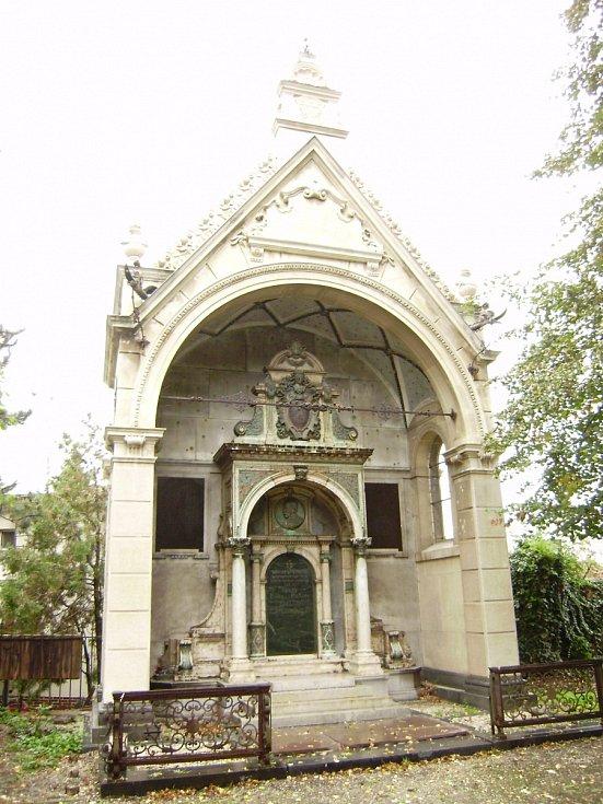 Kuffnerova hrobka v Břeclavi. Monumentální hrobka byla postavena na přelomu 19. a 20. století pro nejvýznamnější břeclavskou rodinu. Restaurátoři obnovily kamenné části náhrobku a podstavců, které byly zároveň nahrazeny kopiemi. Stav před opravami.