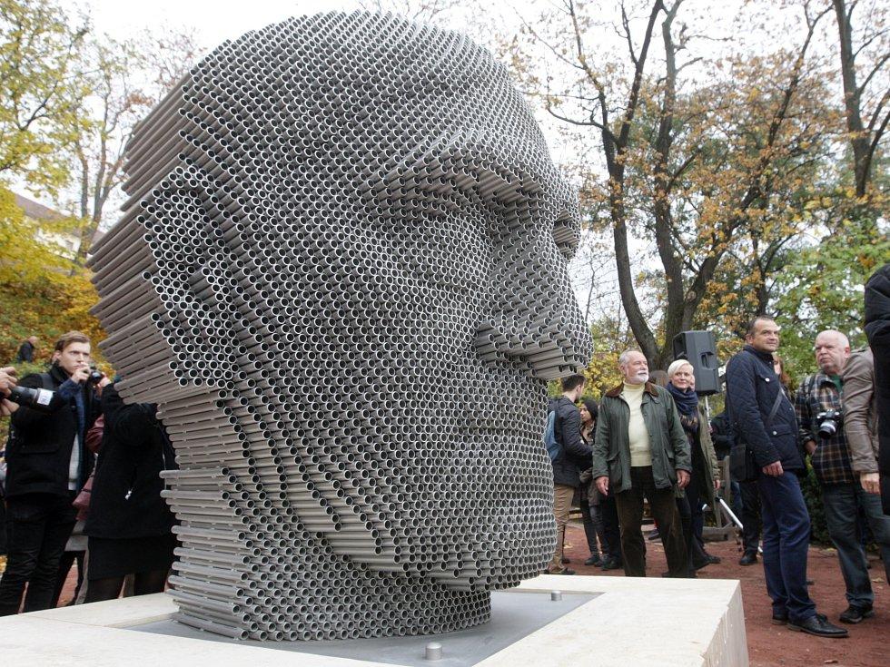 Poslední odhalená socha v projektu Sochy pro Brno uctívá na úpatí hradu Špilberk básníka Jana Skácela. Brzy k ní mohou přibýt další.