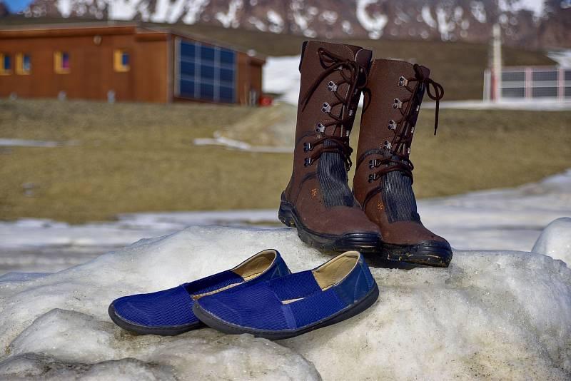 Trendy jižního léta 2018, aneb co se nosilo v létě v Antarktidě: boty Hanák v terénní i in-doorové úpravě, samozřejmě obé s účinnými zdravotními vychytávkami.