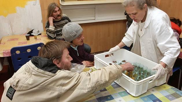 Pořadatelé Plesu jako Brno dali bezdomovcům jídlo, které hosté akce nespotřebovali.