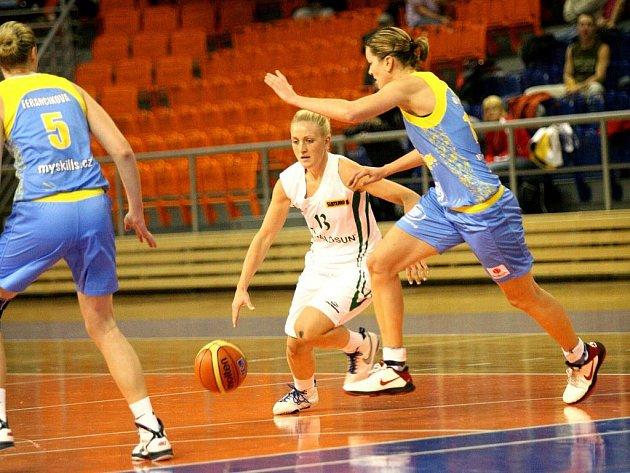 Brněnské basketbalistky Valosunu v souboji s USK Praha - ilustrační foto.