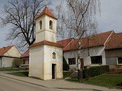 Podoba zvonice v Blažovicích před opravami. Ilustrační foto.