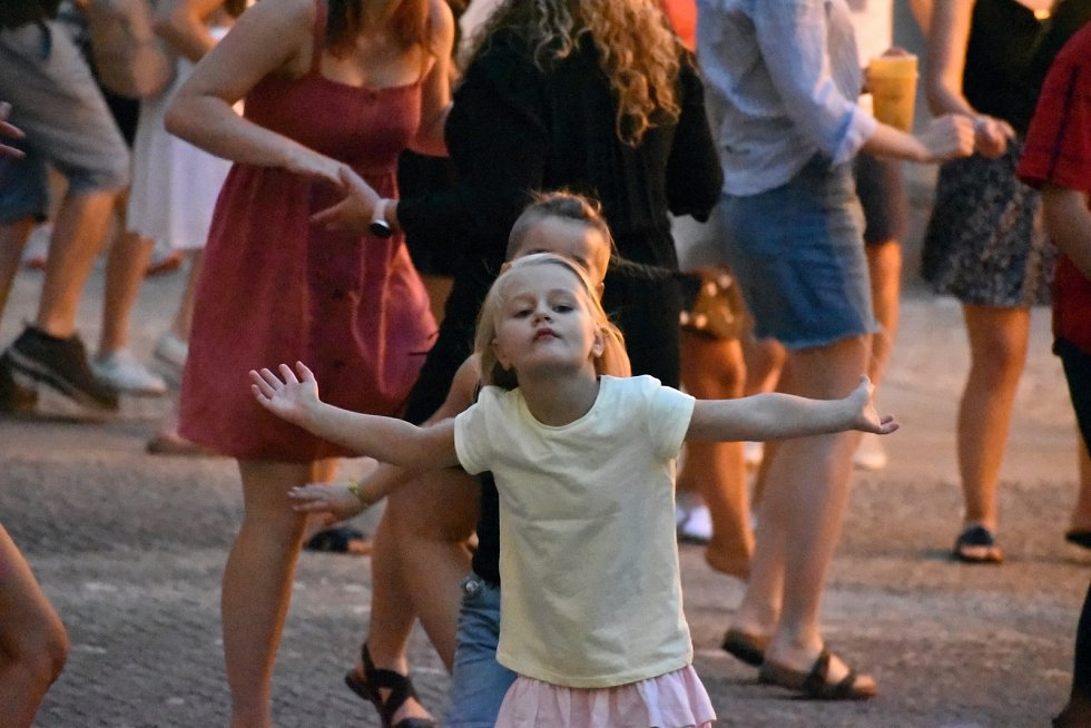 Nádvoří Staré radnice ovládl v pátek swingový taneční večer. Byl součástí letního festivalu Uprostřed.