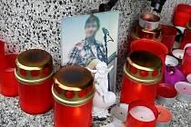 Žáci, studenti, kamarádi i učitelé zapalovali svíčky u obou škol, ve které studoval jeden ze zavražděných synů a také ke škole, kde učila zavražděná matka obou.