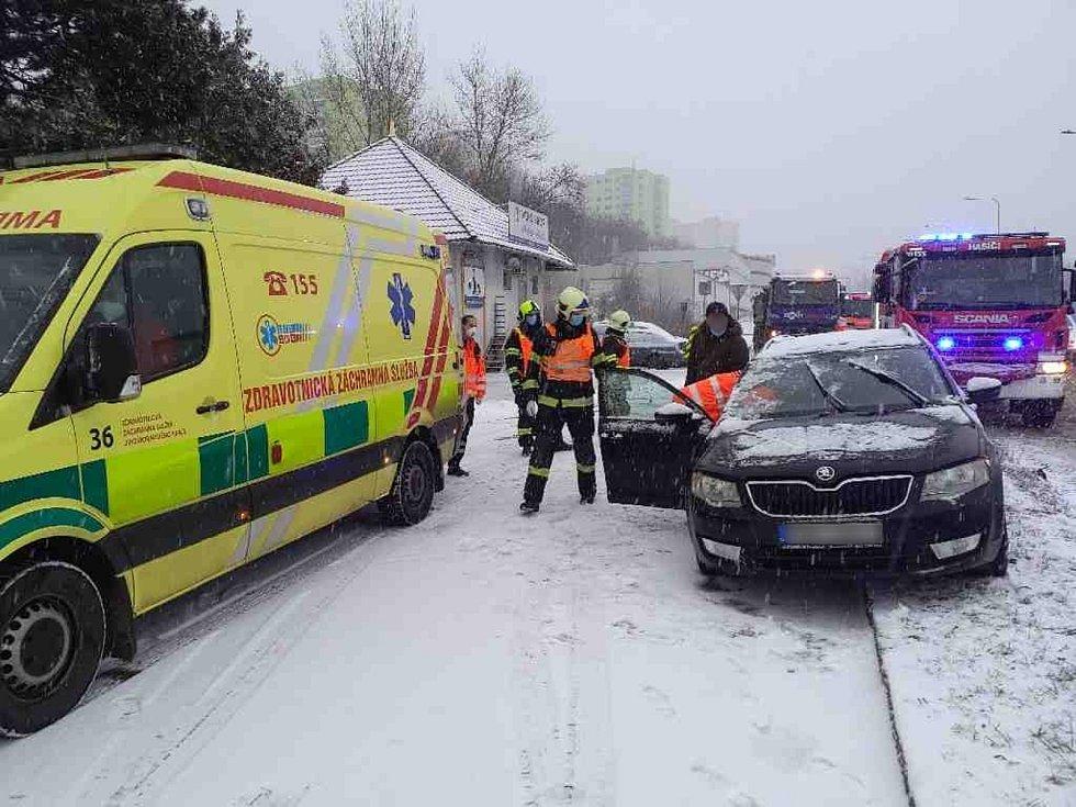 Při úterní nehodě v brněnském Starém Lískovci zasahovali záchranáři i hasiči.