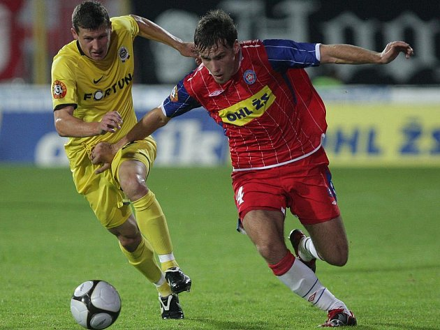 Fotbalista 1.FC Brno Michael Rabušic (v červeném).