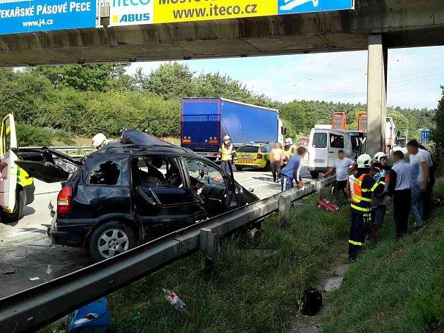 Jednoho mrtvého a několik zraněných si vyžádala úterní dopravní nehoda na 175. kilometru dálnice D1 u Říčan na Brněnsku ve směru z Brna do Prahy.