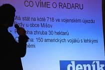 Krajský šéfredaktor Deníku Rovnost Pavel Macků moderuje diskuzi o radaru.