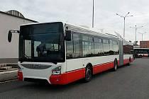 Brněnský dopravní podnik převzal nový kloubový autobus. Jezdí na CNG a má i klimatizaci. Jde o první z šedesátky vozů, které za 483 milionů korun nakoupil.