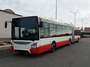 Dopravní podnik převzal nový kloubový autobus. Jezdí na CNG a má klimatizaci