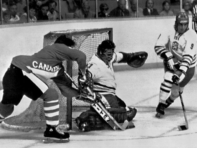 Někdejší opora Zetoru Brno brankář Vladimír Dzurilla na Kanadském poháru 1976 v zápase proti domácím.