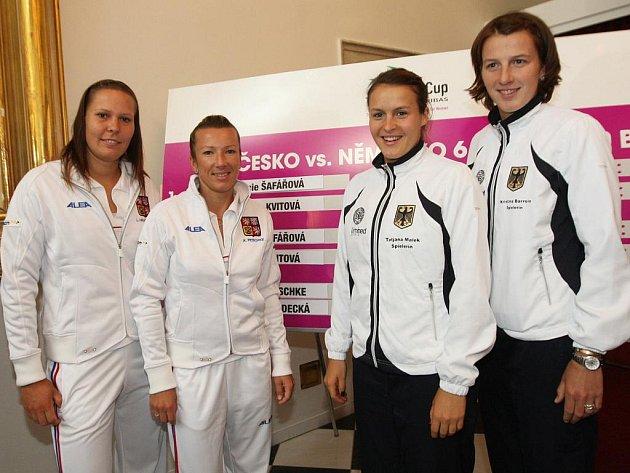 Čtyřhra: Zleva Lucie Hradecká, Květa Peschkeová, Kristina Barroisová s Tatjanou Malekovou.