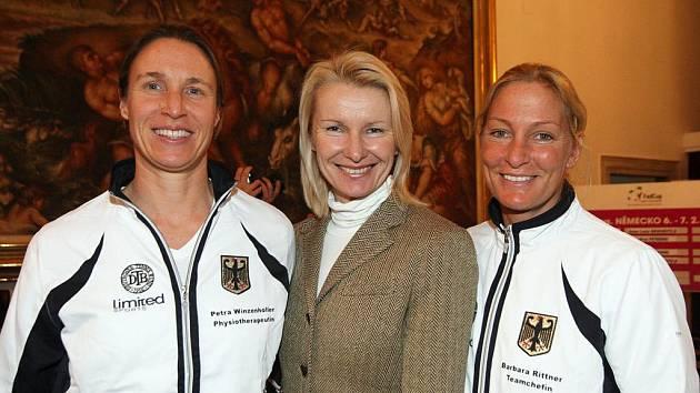 Tenistka Jana Novotná (uprostřed).
