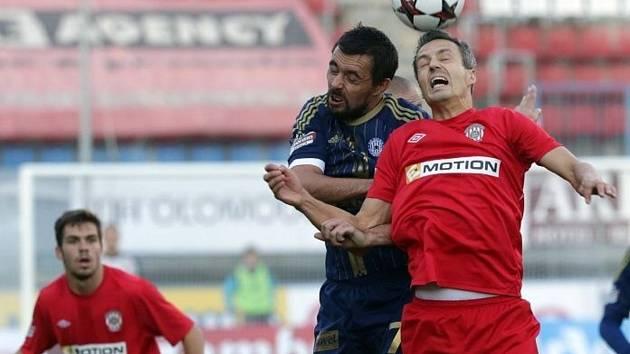 Michal Ordoš (v modrém) ve vzdušném souboji s Tomášem Janotkou.