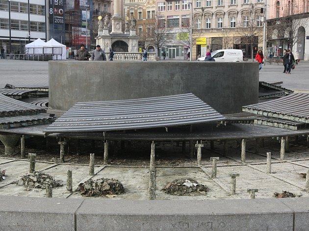 Na náměstí Svobody rozebrali kašnu. Kvůli pravidelné zimní údržbě