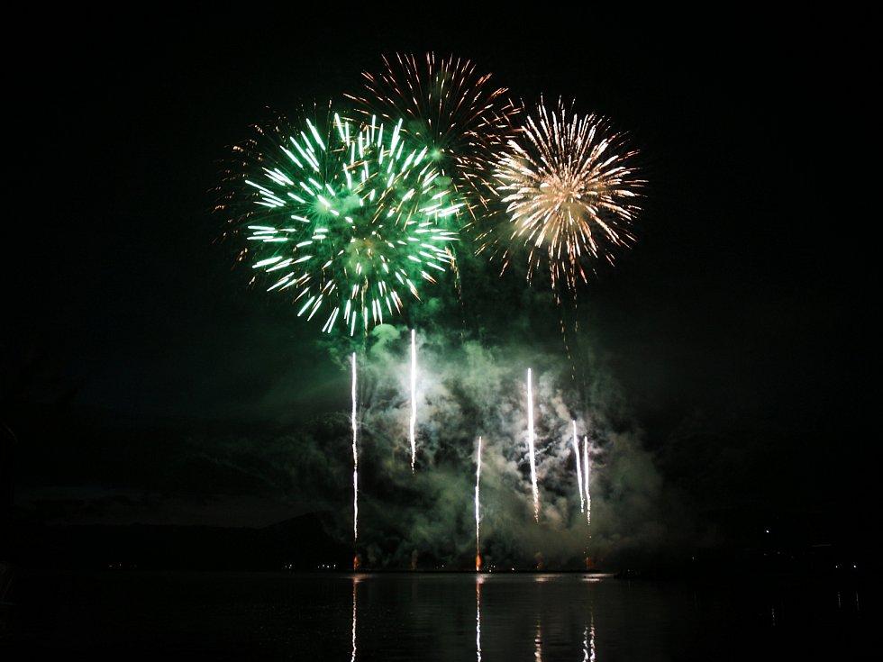 Ignis Brunensis. Portugalský ohňostroj týmu Macedos Pirotecnia završil letošní soutěžní přehlídku nad Brněnskou přehradou.