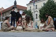 Happening na náměstí Svobody, kterým Kolektiv pro zvířata vyjádřil nesouhlas s Národní výstavou hospodářských zvířat na brněnském výstavišti. Součástí byla také aukce otroků.