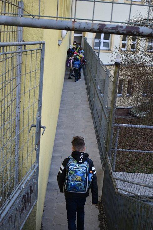 Budík, snídaně, tašku na záda a hurá do školy. Před základní školou v adamovské ulici Ronovská bylo po několika měsících zase živo. Část dětí z prvního stupně tam opět po pauze kvůli epidemii koronaviru usedla do lavic.