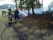 Oheň zničil v úterý odpoledne část lesa v Újezdu u Tišnova. Předběžná škoda je dvacet tisíc korun.