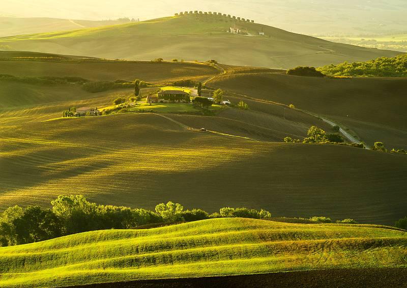 Zvlněná krajina v italském Toskánsku.