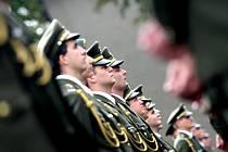 Slavnostní vyřazení 167 absolventů Univerzity obrany se konalo v pátek u kasáren v brněnském Králově Poli.