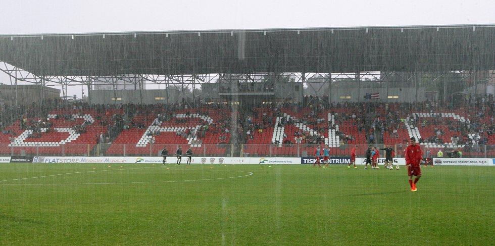 Natěšení brněnští fanoušci se nedočkali. Vítězem úvodního utkání nového prvoligového ročníku mezi domácí Zbrojovkou a pražskou Slavií se stal déšť. Rozhodčí zápas kvůli neregulérnosti hřiště odložil.