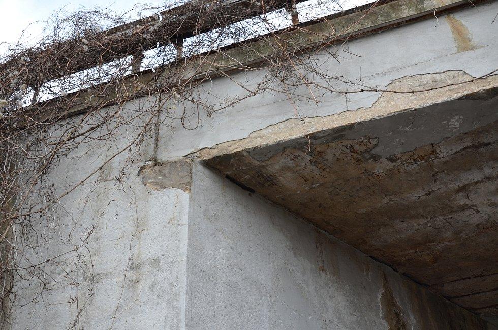 Dvě výstražné cedule umístil muž u železničního mostu v ulici Zvěřinova poté, co na něj spadla ze stropu omítka. Zároveň špatný stav nahlásil na radnici i Správu železnic, která obratem zavlhlou omítku odstranila.