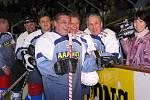 Na snímku se Ctirad Fiala (uprostřed) směje na střídačku Dukly Jihlava v památném zápase u příležitosti padesátého výročí založení Komety Brno v roce 2003. Vpravo od něho jsou Richard Farda a Josef Černý, vlevo Libor Havlíček.
