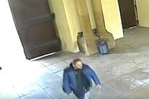 Zloděj přímo v podchodu Nové radnice v Brně okradl neopatrný novomanželský pár.