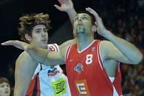 Peter Majerík (vlevo) doplní na postu podkošového hráče v brněnském klubu Borise Mena.